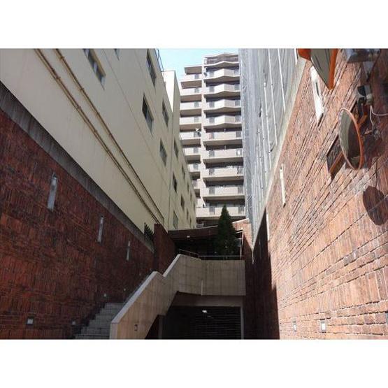 1Fは駐車場につながる入り口。階段上がってエントランスになり