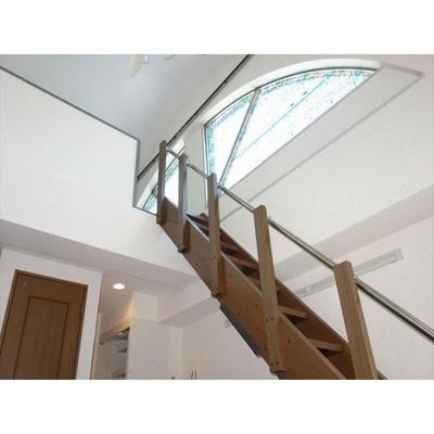 階段の上にはステンドガラスの日差しが!(^^)!