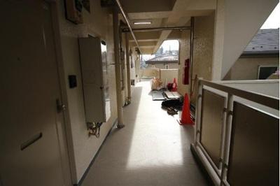 ゆとりのある共用廊下スペースです。