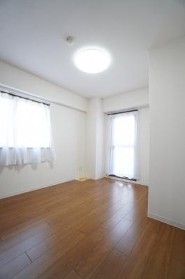 【西側洋室約5.6帖】 サブバルコニーに面する居室は 2面採光で、とても明るく主寝室向きです。 また、クローゼットも完備。 荷物も部屋に溢れる事なく広く使えそうですね。