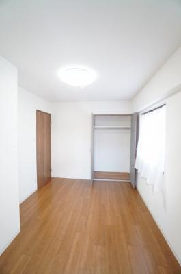 【西側洋室約5.6帖】 たっぷり収納! コートやスーツだけでなく、収納棚を中にしまえば ニットやパンツも中にしまえて お部屋をすっきりとお使いいただけます! お部屋のコーディネートと幅が広がります♪