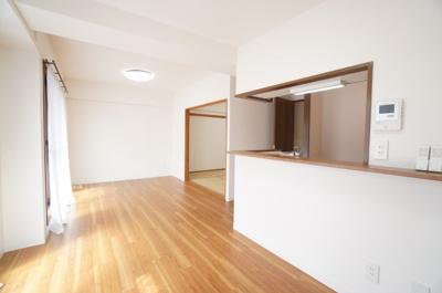 【約13.8帖のLDK】 デザインリフォームされた室内は 良い雰囲気になっております。 リフォームで付加価値をプラスし、 ただの『住まい』ではなく『癒しのある空間』 に仕上がっております♪