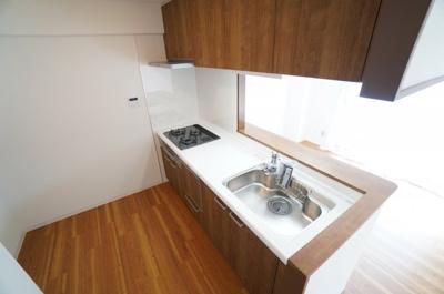 【家事快適設備!】 キッチンからリビングも見渡すことができ、 浄水器一体型ハンドシャワー水栓、 一度に5人分の食器が洗える食器洗い乾燥機など、 毎日の家事を快適にする設備が揃ってます。