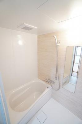 【TOTO社製!】 RDシリーズは「魔法瓶浴槽」「ほっからり床」 TOTO独自の技術によりバスタイムを よりよく演出してくれます! 更に、浴室暖房乾燥機が標準設備! お手入れが楽なシステムバスです。