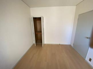 玄関横の洋室約5.2帖です♪独立したお部屋で、在宅ワークのお部屋としてもいいですね(^^)