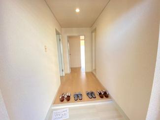 スッキリとした明るい玄関です♪ぜひ現地でご確認ください(^^)