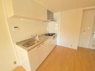 新品のシステムキッチンです♪白色を基調とした洗練されたキッチンです(^^)お料理も楽しく出来ますね♪