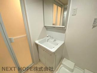 洗面化粧台は三面鏡です♪ヘアースタイルのチェックも簡単にできますね(^^)鏡の後ろは小物収納になっております!!シャワー水栓で使い勝手もいいですね♪