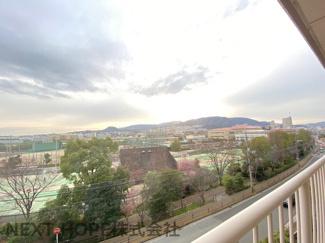 バルコニーからの眺望です♪宝塚スポーツセンターが一望できます!!周囲の目線も気にならないですね(^^)向こうの方には六甲山が見え、季節も感じられる眺望です♪
