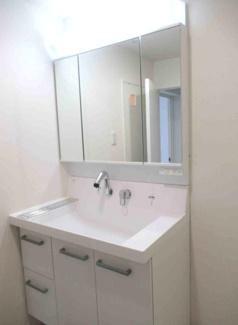 新品の洗面化粧台です♪鏡は三面鏡でヘアースタイルのチェックも簡単にできますね(^^)鏡の後ろは小物収納になっております!!