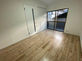 2階バルコニーに面した洋室5.9帖です♪ 明るく開放的な室内です!バルコニーから取り込んだお洗濯物もすぐにクローゼットへ収納できますね(^^)