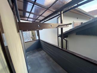 南向きバルコニーです♪ 屋根もついております!お洗濯物もスッキリと乾きますね(^^)