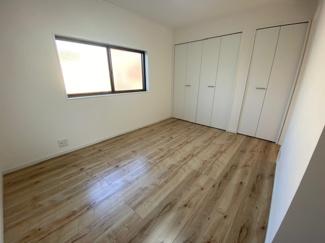 2階洋室5.9帖です♪各居室にはクローゼットが設けられており、たくさんのお洋服・小物が収納できるので室内を有効に使用していただけます!!