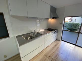 新品のシステムキッチンです♪白色を基調とした洗練されたキッチンです!お料理するのも楽しくなりますね(^^)ぜひ現地でご確認ください♪