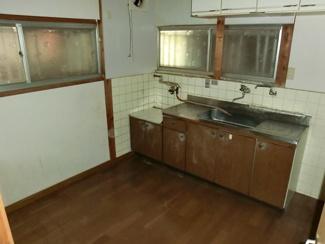 キッチンです♪お好きなキッチンに入替えてみませんか?窓も多く明るい室内です!!