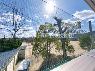 バルコニーからの眺望です♪公園に面しており、陽当り良好で開放的です!周囲の目線も気になりませんね(^^)