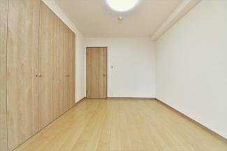 洋室5.2帖です♪大きなクローゼットも設けられており、たくさんのお洋服・小物が収納できます!!
