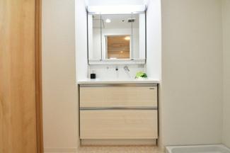 新品の洗面化粧台です♪鏡は三面鏡です♪鏡の後ろは小物収納になっております!シャワー水栓で使い勝手がいいです!!