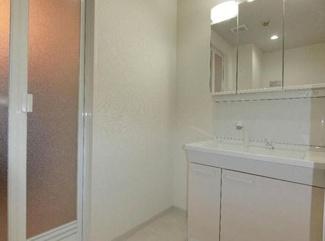新品の洗面化粧台です♪鏡は三面鏡です!鏡の後ろは小物収納になっております(^^)
