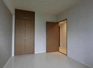 洋室6帖です♪クローゼットも設けられており、室内を有効に使用していただけます!