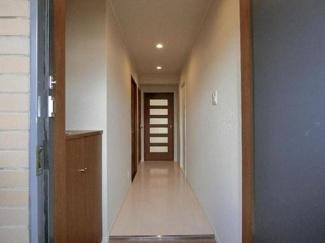 玄関から廊下部分を見ました♪素敵な室内にリフォームされております!ぜひ現地でご確認ください!!
