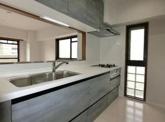 コンパクトなキッチンで掃除もラクラク♪キッチン横には窓も有り、明るく快適です!!