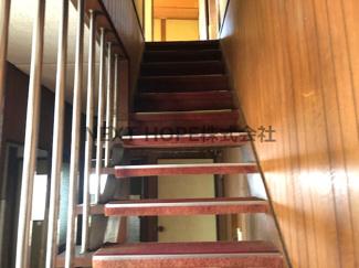 2階への階段です♪壁に覆われていないのでたいへん明るい階段です!!
