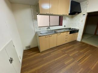 ダイニングキッチンです♪シンク前には窓も有り、明るく開放的です!足元には床下収納が設けられており、食品などのストック場所として重宝しますね(^^)