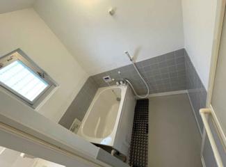 新品の浴槽です♪ワイドな浴槽になりました!一日の疲れも癒されますね(^^)窓が有り、換気も十分出来ますね♪