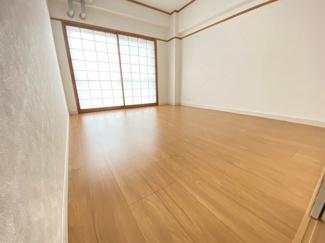 バルコニーに面する洋室6帖です♪明るい室内です!!バルコニーに面した開放的な室内です!ぜひ現地でご確認ください(^^)お気軽にネクストホープ不動産販売までお問い合わせを!!
