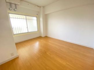 玄関横の洋室です♪リフォーム済み!即ご入居していただけます♪ぜひ現地でご覧ください(^^)明るい室内です♪