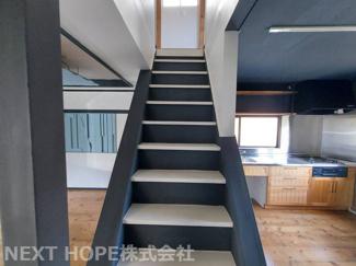 2階への階段です♪オープン階段で明るいです!!お洒落にカラーリングされております♪ぜひ現地をご覧ください(^^)