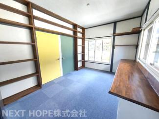 2階6.5帖です♪壁面には飾り棚が設けられて入り、本棚としても活躍してくれますね(^^) 黄色と緑のドアの向こう側は寝室です!