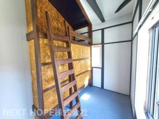 2階洋室2.5帖です♪緑色ドアの居室です!備え付けのベッド有り!!ぜひ現地をご覧ください(^^)お気軽にネクストホープ不動産販売までお問い合わせを!!
