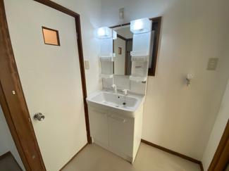 シャワー水栓付き洗面化粧台です♪朝の身支度はこちらでゆっくりできますね(^^)