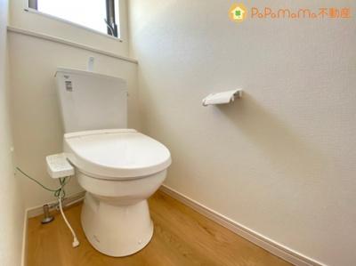 温度調節ができる高機能トイレです!常に換気ができるように窓も設置しました!