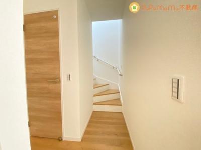 手すり付きの階段で上り下りも楽チンです!