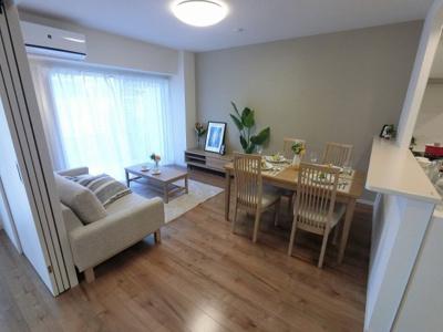 12.3帖のリビングは庭付1階・南向き住戸につき陽当たり◎ 家具付き物件、初期費用を抑えて新生活をスタート出来ます♪
