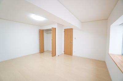 【北側洋室約11帖】 建材の色合いからモダンテイストも似合いそうな洋室。 主寝室としてもご利用頂ける広さがあり、 大型の家具を置くなどしても使い勝手は良さそうです。