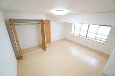 【北側洋室約11帖】 たっぷり収納! コートやスーツだけでなく、収納棚を中にしまえば ニットやパンツも中にしまえて お部屋をすっきりとお使いいただけます! お部屋のコーディネートと幅が広がります♪