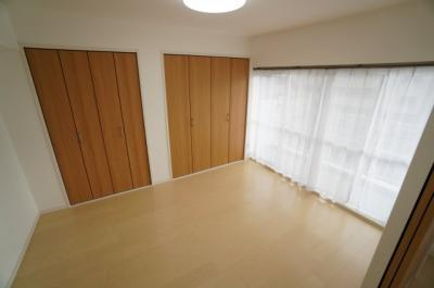 【南側洋室約6帖】 居室にはクローゼットを完備し、 自由度の高い家具の配置が叶うシンプルな空間です。 お子様の成長と必要になる子供部屋にするには ぴったりの間取りですね。