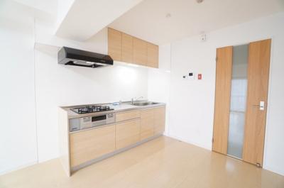 【壁付けキッチンの利点!】 リビングのスペースを広く取れる壁付けキッチン。 家事の動線を考えるとキッチンの後ろに すぐダイニングテーブルを配置することができて 便利ですね。