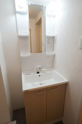 【コスメカウンター】 大きな洗面台。 台下には大きな収納を完備し、 鏡面横には歯ブラシなど小物を収納できる棚が設置され、 散らかりがちなシンク周りをスッキリとお使いいただけます。