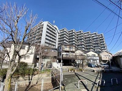 総戸数108戸のビッグコミュニティマンション、シャルマンコーポ鳩ケ谷です。