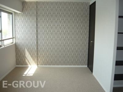 約10帖ほどの広さがある洋室!デザイン性の高いお洒落な壁紙が特徴的で素敵です♪