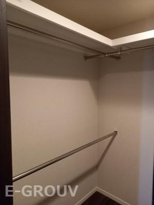 ウォークインクローゼットは上部にも棚板が付いていて、大変便利です!!上下にハンガーパイプが付いています!!