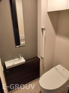 手洗いカウンター付きのウォシュレットトイレ