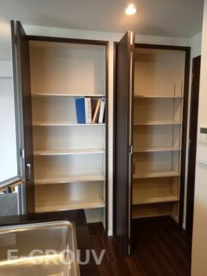 キッチン横に大きな収納がついています!小物類も全て収納内に片づけられるので、室内はスッキリです。
