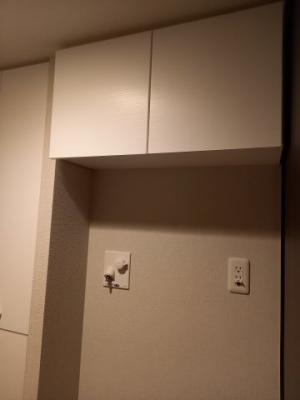 洗濯機置場の上には便利な収納が付いています!!