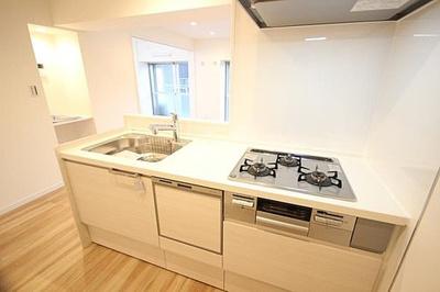 システムキッチン新規交換済、白を基調とした爽やかな設備。